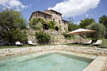 Vendita Casale/Rustico CHIANTI. Splendida proprietà con piscina e 4 ha di terreno (per gran parte oliveto). Il complesso è...