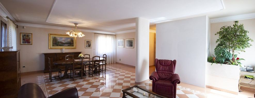 Vendita Villa SIENA, ZONA SCACCIAPENSIERI: Vendesi, villa distribuita su quattro piani . L'immobile,...