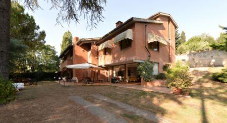 Villa in vendita in Periferia SIENA. Porzione di villa con parco, a pochi minuti dal centro