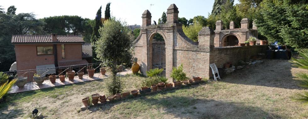 Vendita Villa SIENA. Vendesi, porzione di villa ubicata in un'oasi verde a pochi minuti dal centro e vicino a...