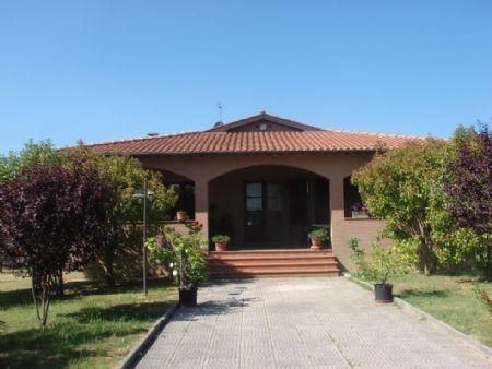 Vendita Villa SIENA: A POCHI KM DAL CENTRO. Vendesi, in posizione panoramica con ampia veduta sulla città, villa...